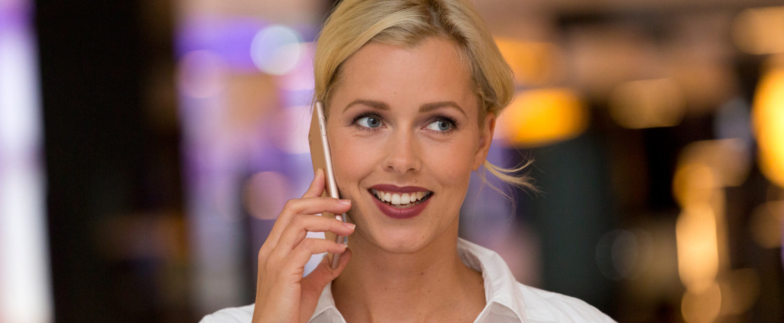 Melia Maria mit Telefon